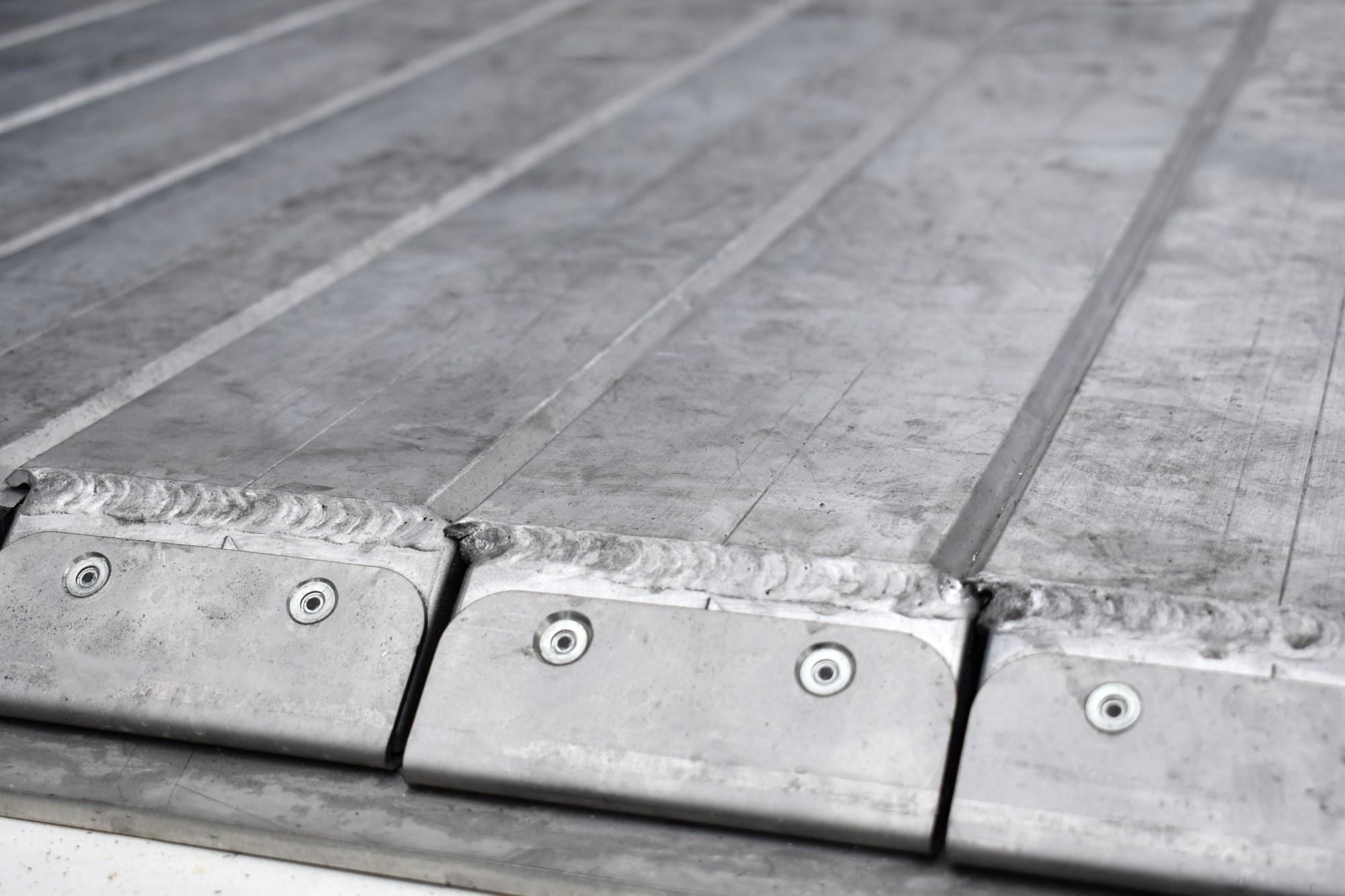překrývající se podlahové desky